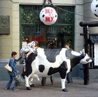 После посещения кафе «Му-Му» посетители не прочь оседлать корову.