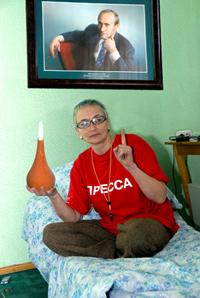 Кому же поставят клизму? Надежда Антуфьева голодает под портретом Президента России. Третий день голодовки. Фото Виталия Шайфулина.