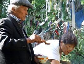 Обряд сан салыры – самый главный ритуал начала жизни на аржаане. Ветеран телевидения Карма Монгуш с женой врачом-невропатологом Билчитмой Монгуш. Аржаан Шивилиг, июль 2007 года.