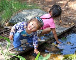 Пока взрослые принимают лечение в кабинках, маленькие аржаанцы всегда найдут, чем заняться. Аржаан Шивилиг, июль 2007 года.