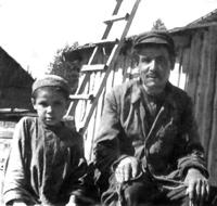 Самая дорогая фотография. С отцом Галимуллой Хайрулловичем. На голове у восьмилетнего Хамидуллы та самая тюбетейка. 1950 год.