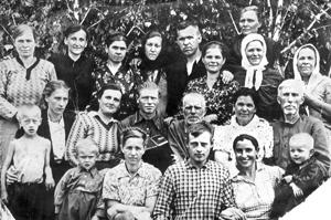 В родной деревне Лукьяновке. Пятый слева Павел Гончаренко, слева от него жена Мария. 1956 год.
