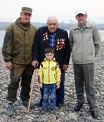 Три поколения Гончаренко. Внук Виталий, дед Павел с внуком Пашей, сын Леонид. Апрель 2002 год.