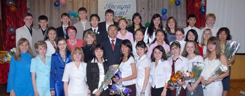 Медалисты с мэром г.Кызыла Дмитрием Донгаком и председателем комитета по образованию Галиной Гостевой.13;10;Фото Виталия Шайфулина.13;10;