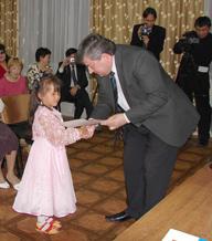 Министр образования, науки и молодежной политики РТ вручает шестилетней Аделине Тулуш ее первую в жизни государственную награду. Фото Светланы Монгуш.