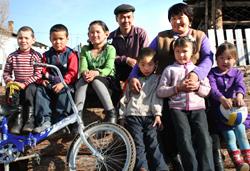 Эмир и Марьяна Хертеки с младшими детьми, старшие на занятиях.