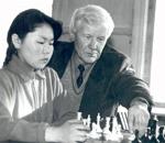 Николай Шишигин во время занятий в детском шахматном кружке. Фото из архива редакции.