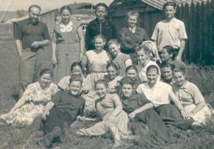 Дружный коллектив Каа-Хемского райпо. Товаровед Геральда - третья слева в первом ряду. 1985 год.