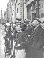 22 июня 1941 года: война! Москвичи перед репродуктором, установленным на улице имени 25-летия Октября, слушают сообщение о начале войны. Фото Евгения Халдея.13;10;