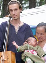 Самая юная участница фестиваля Оттугмаа-Айно Пээмот с папой Имре и мамой Викторией.13;10;В руках у папы-музыканта монгольский национальный инструмент морин-хуур.