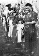 Село Богдановка Орловской области. Пете Морозову три года. С отцом, мамой и сестрами. 1953 год.
