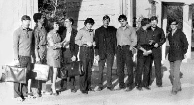 Физики. Выпускники 41 группы отделения физиков Кызыльского педагогического института. Петр Морозов – пятый слева. 1972 год.